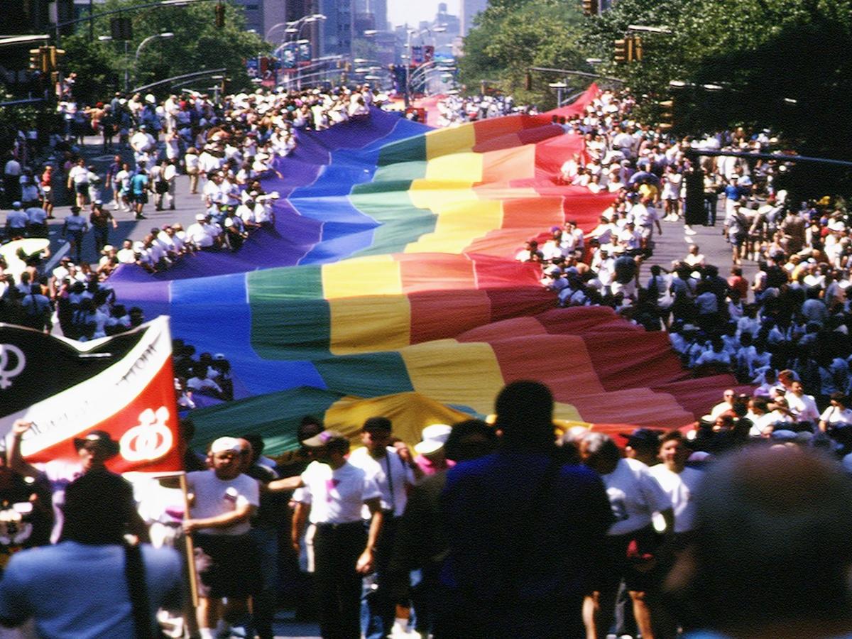 Von Stonewall bis Pride 50: Die Geschichte der Pride Parade