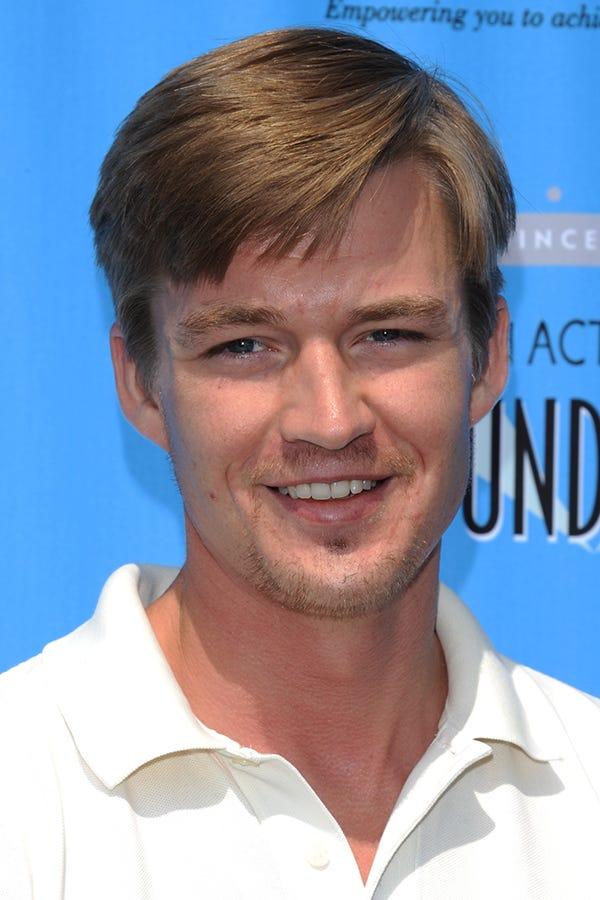 A takto vyzerá Denis, ktorého stvárnil Mason Gamble teraz. Celkom fešák, nemyslíte?