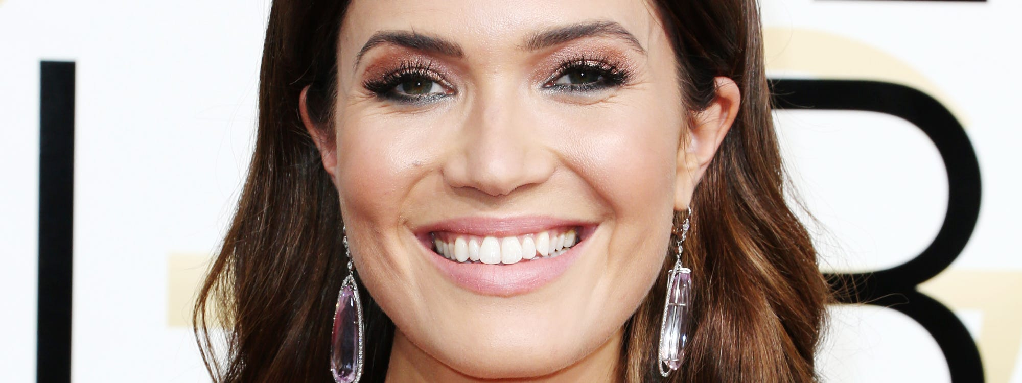 Mandy moore golden globes 70s style hair nude nails baditri Image collections
