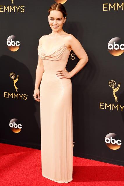 Emillia Clarke en une robe de soirée simple pour Emmy 2016