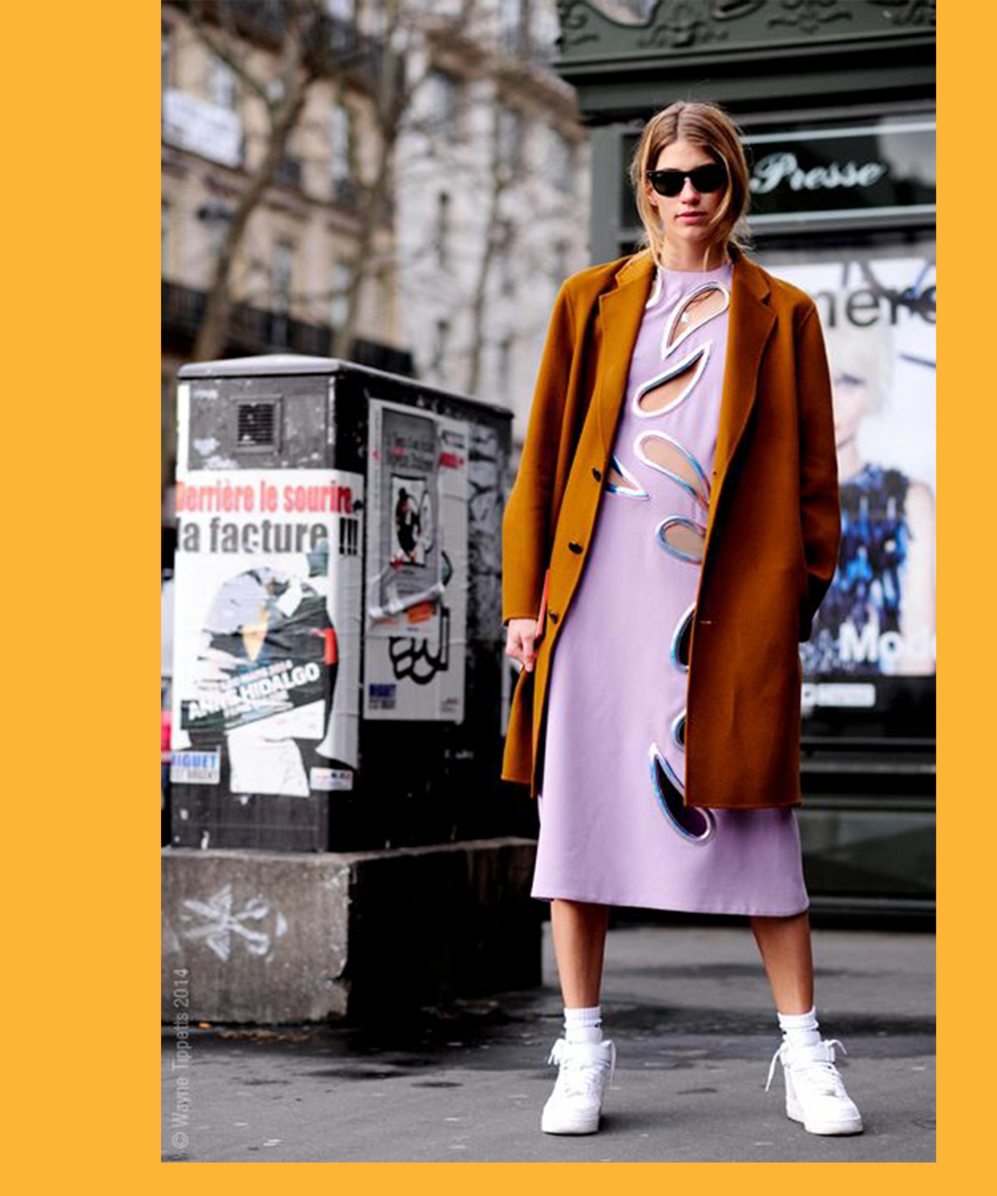 Fashionpeople tragen Sneakers im Moment mit Tennissocken